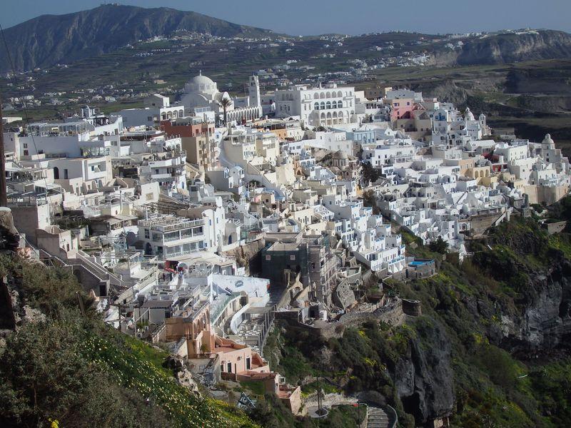 断崖上に降り積もった雪のよう!サントリーニ島「フィラ」の白い町並み