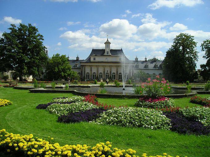 緑とお花で溢れる広大な庭園の中に建つ宮殿