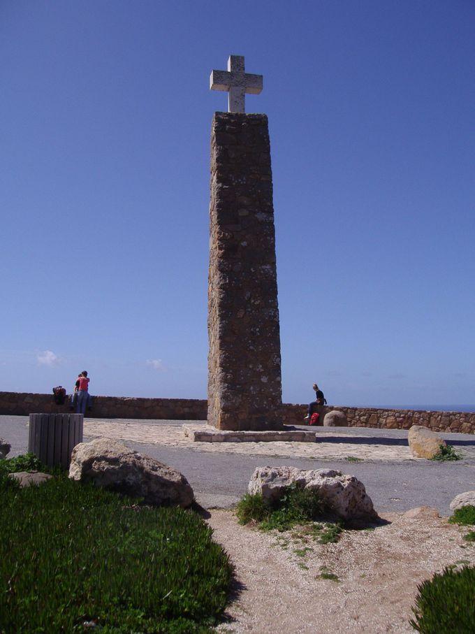 140メートルの断崖絶壁の上に建つ記念碑