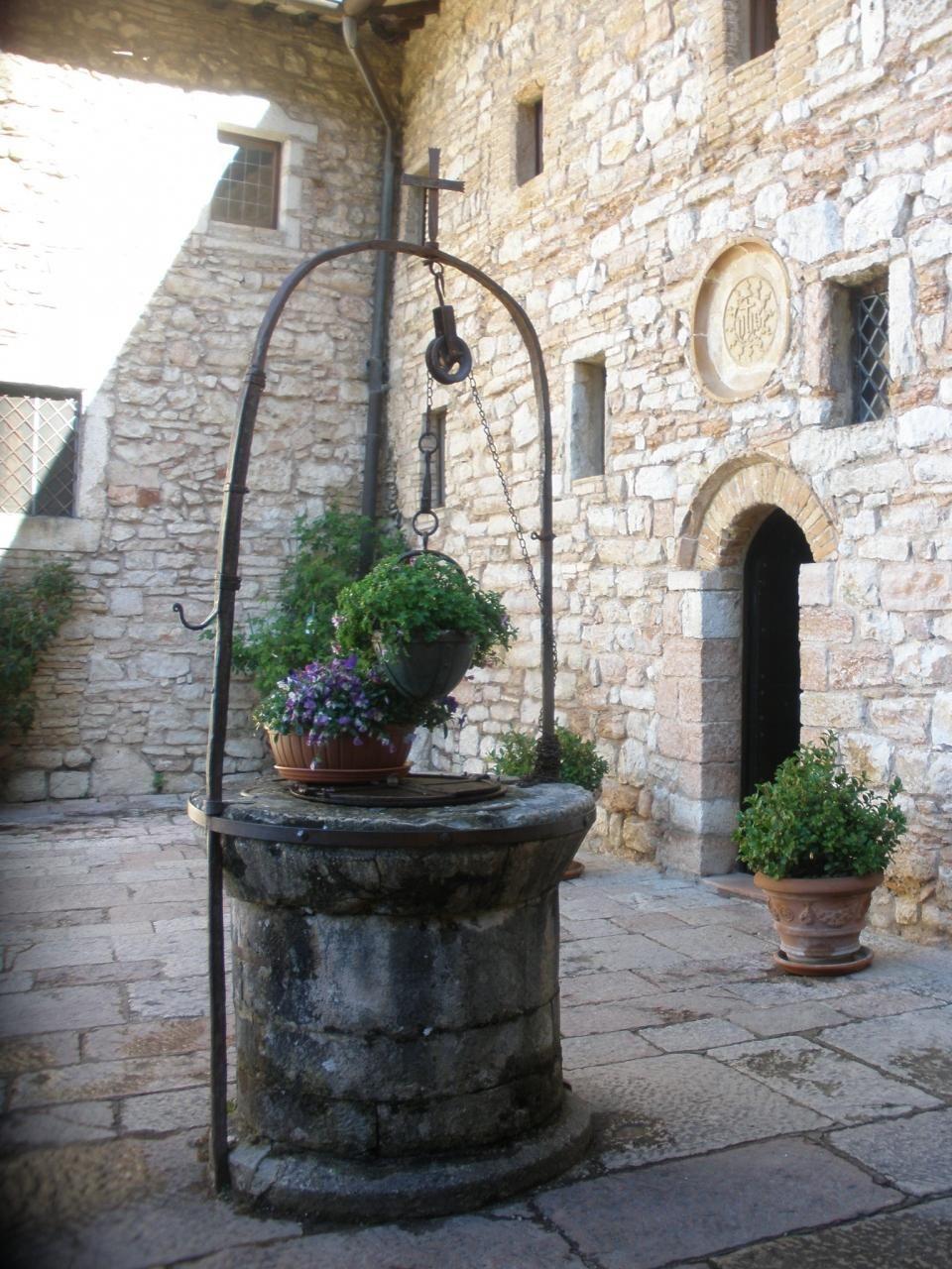 伝説の井戸は、石造りの建物に囲まれて