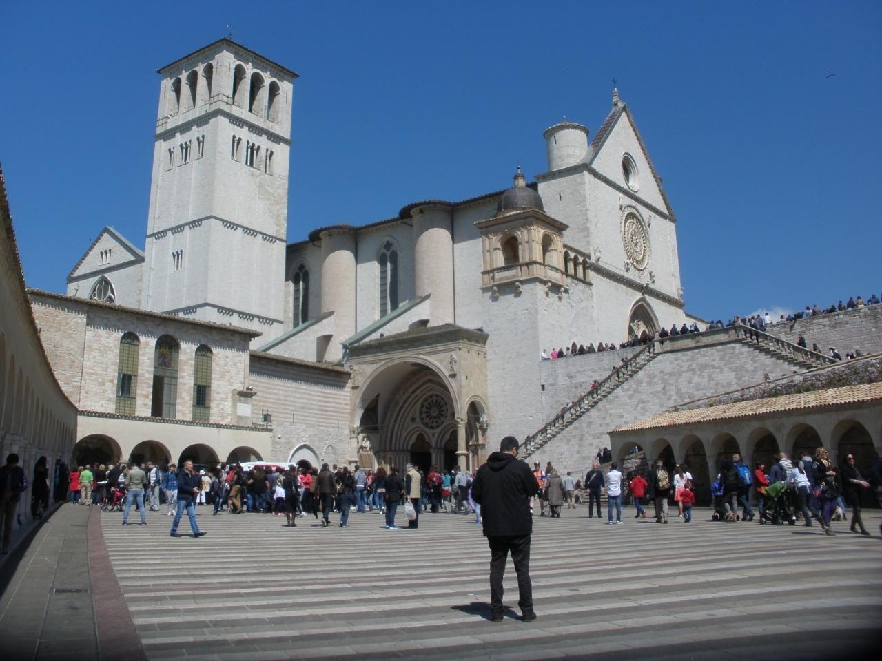 サン・フランチェスコ広場より2層の大聖堂へ