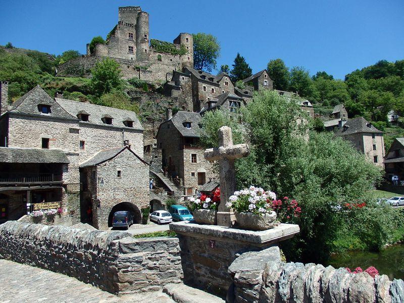 """""""フランスの最も美しい村""""ベルカステル!渓谷美と石造りの家並み"""