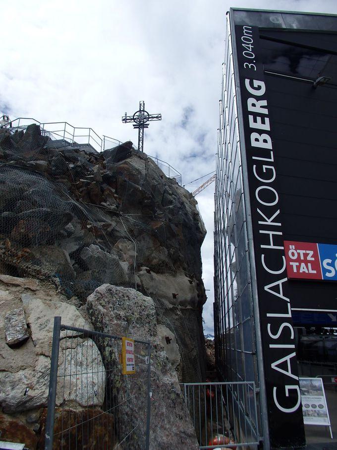 雄大な眺め!十字架の建つ岩山の頂「ガイスラッハコーゲル」