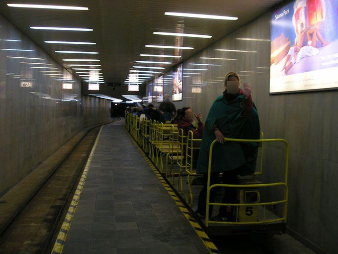 遊園地気分!?トロッコ列車で地下へまっしぐら