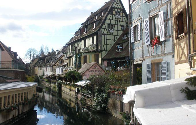 ロマンティックな運河沿いもクリスマスムードに