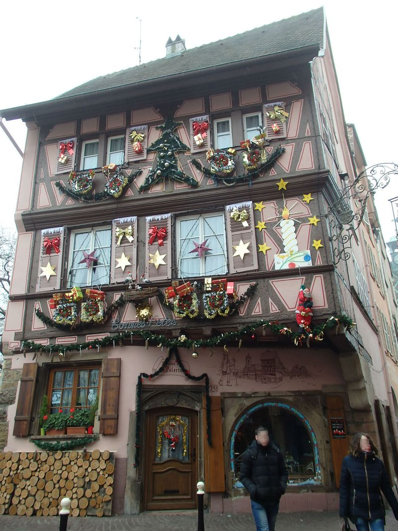 華やぐクリスマスシーズンのフランス「コルマール」装飾に溢れる木組みとクリマの屋台
