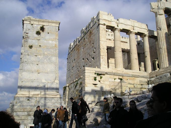 巨大な岩の上に聳える遺跡「アクロポリス」