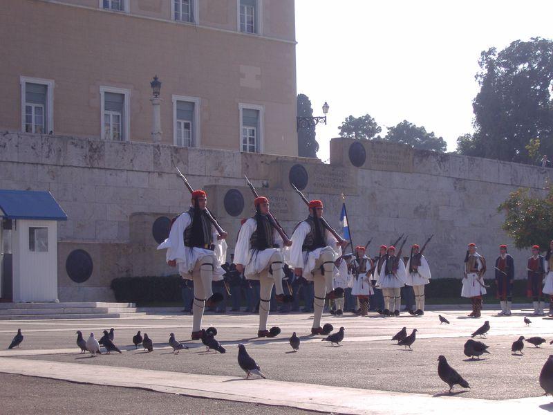 アテネのへそ「シンタグマ広場」国会議事堂前の衛兵交代式は必見!