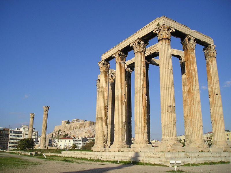 世界遺産アクロポリスを背景に!壮大な「ゼウス神殿」