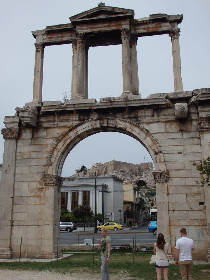 目を惹くハドリアヌス門