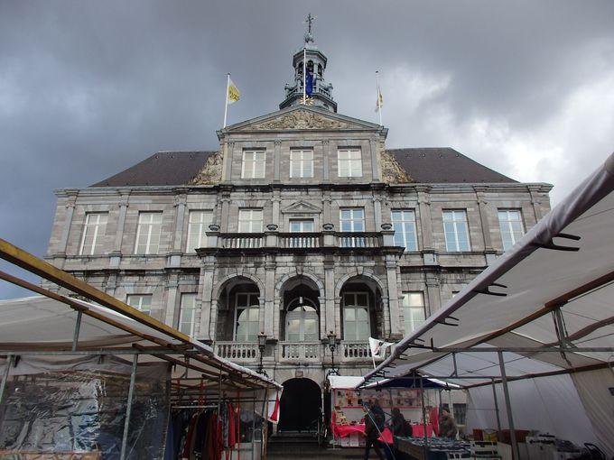 市庁舎の聳えるマルクト広場を観光の出発点に