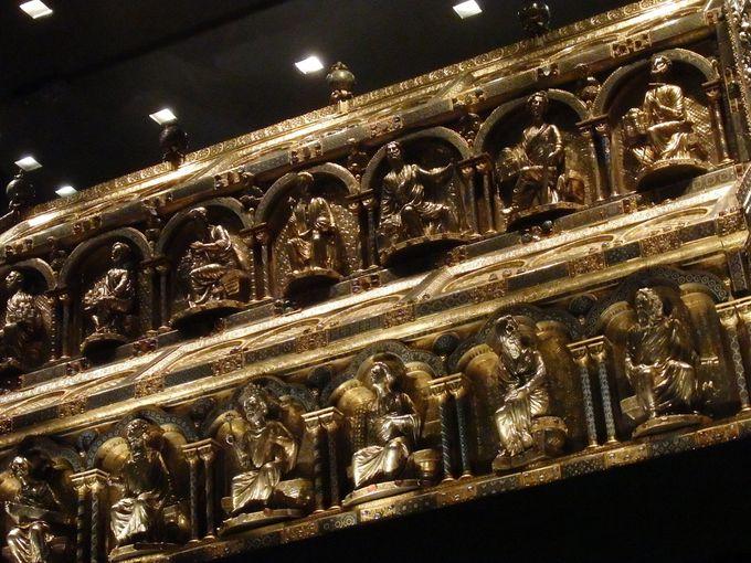 黄金に輝く世界最大の聖棺