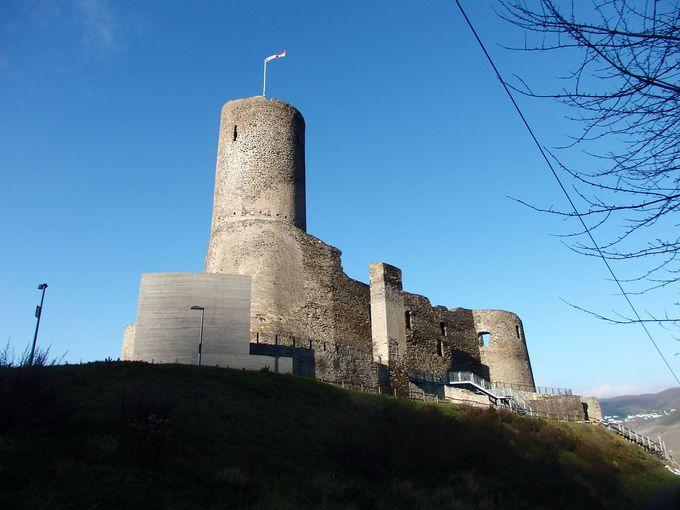 丘の上に聳える古城ランツフート城