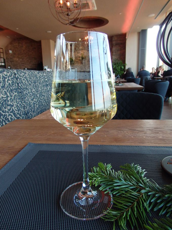 古城のレストランで美味しいワインを!