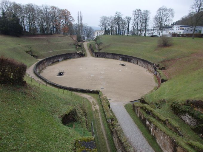緑に覆われた古代円形劇場