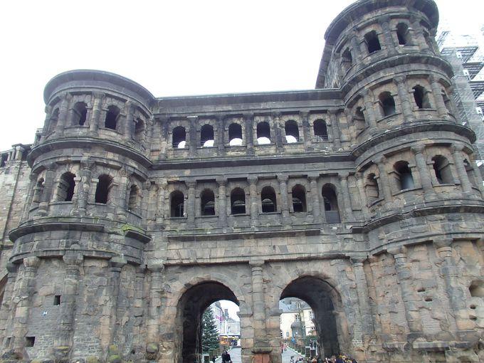 巨大な石造りの門「ポルタ・ニグラ」は世界遺産!