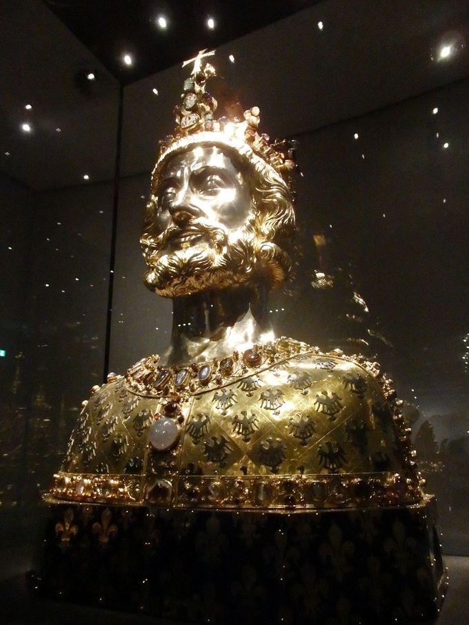 豪華な財宝が眠る宝物館