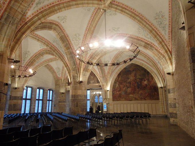見事なホールのある市庁舎はお城のよう