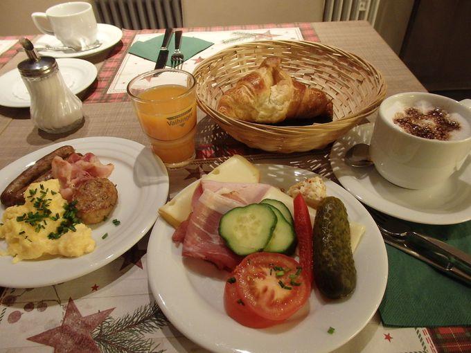 広々とした朝食ルームで豊富な内容の朝食を