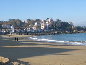 仏バスク地方「サン・ジャン・ド・リュズ」陽光溢れる海辺の町