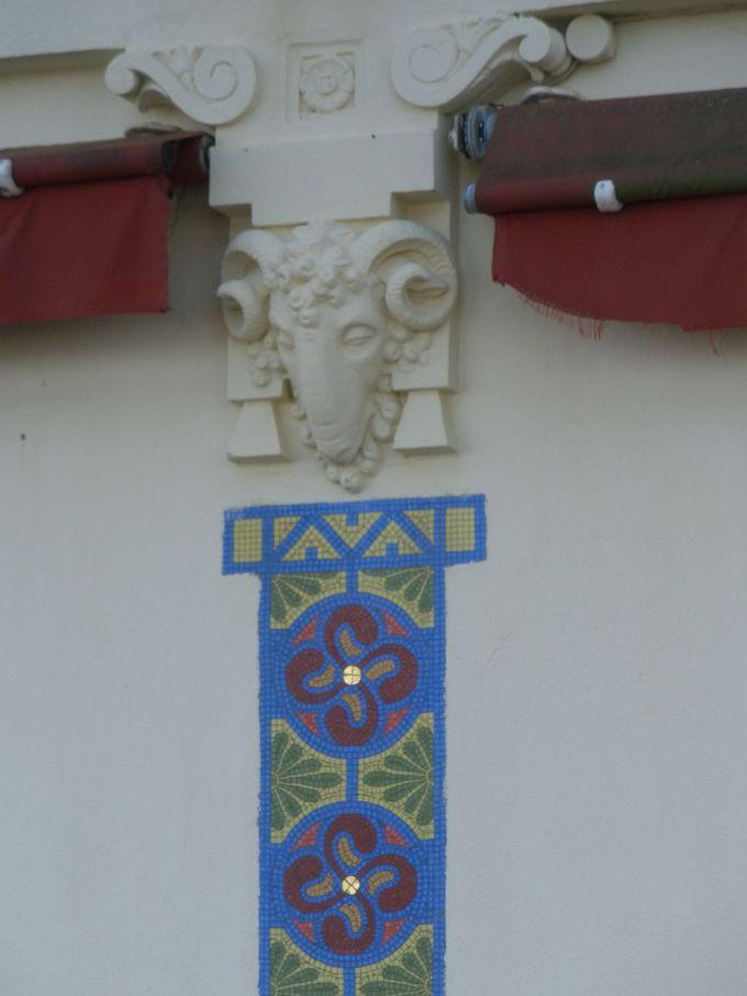 赤い木枠が白壁に映える港町「サン・ジャン・ド・リュズ」