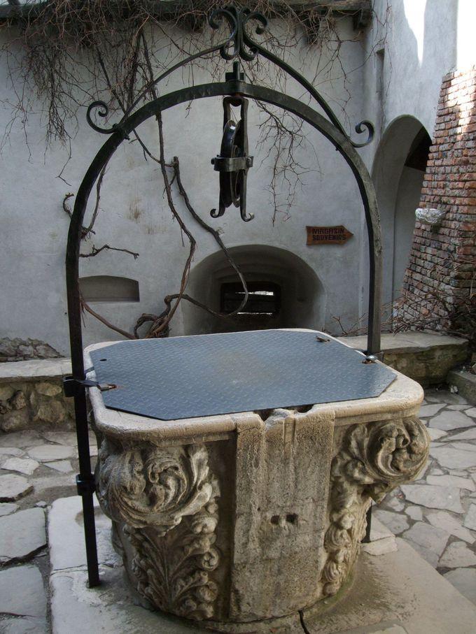 古井戸のある建物に囲まれた中庭