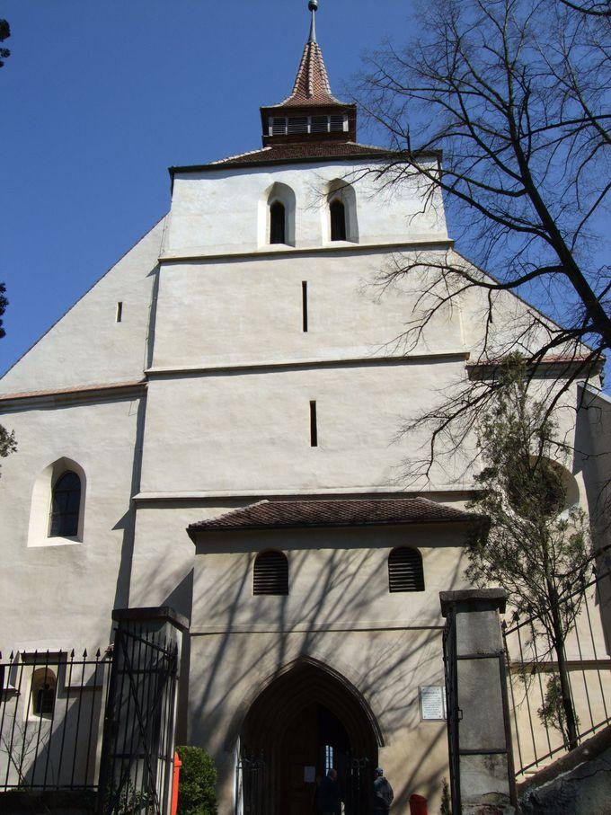 屋根付きの木造階段で山上教会へ
