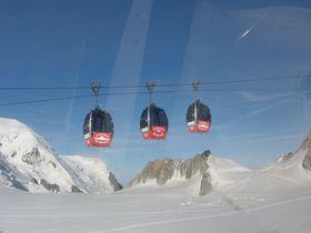 モンブランを間近に!エギュイユ・デュ・ミディ展望台から氷河上を空中散歩