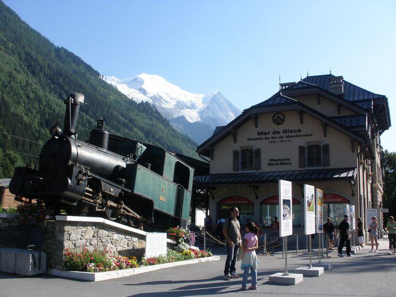シャモニーから登山電車でモンタンヴェール展望台へ!氷河と氷の洞窟を ...
