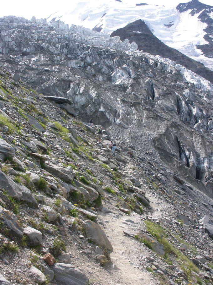 滑りやすい足元に注意しながらハイキング
