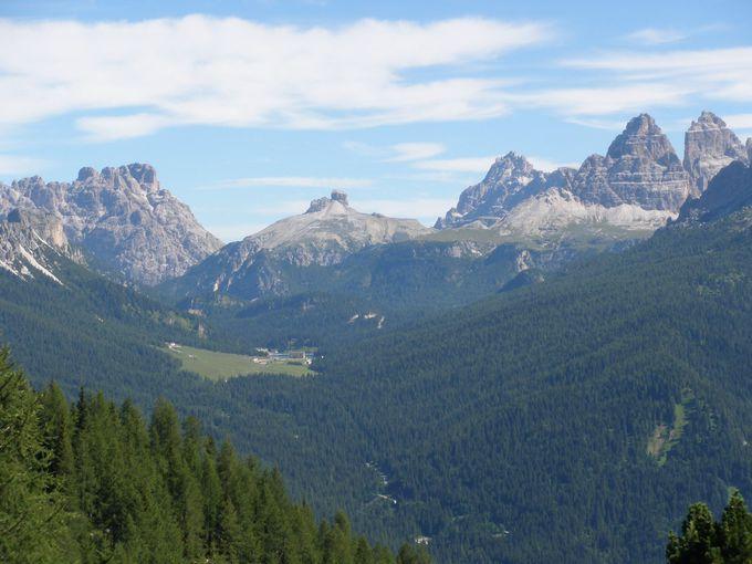 手前には眺望が素晴らしい山小屋が!