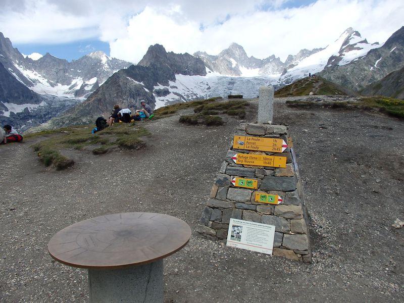 北伊の山岳リゾート地「クールマイヨール」ハイキングでスイス国境へ