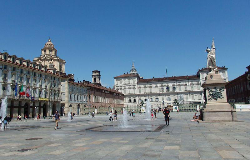 見所が周辺にギュッと!カステッロ広場に面した王宮へ