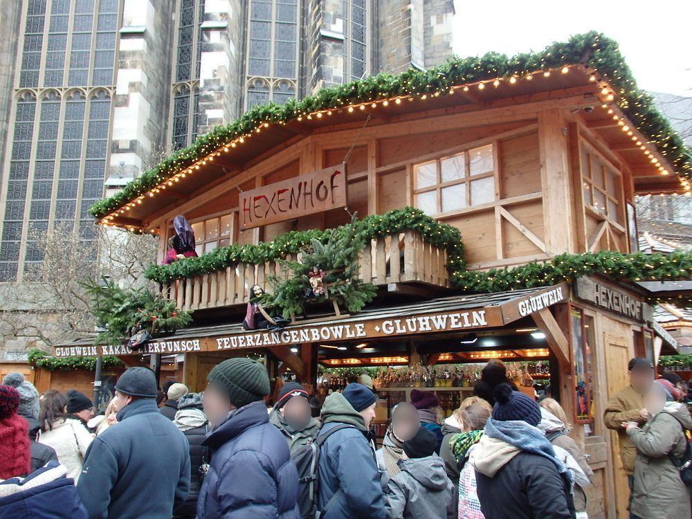 世界遺産の大聖堂を背景に軒を並べるクリスマスマーケット