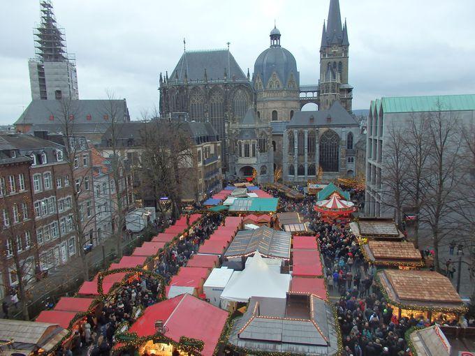 お城のような市庁舎前後に広がるクリスマスマーケット
