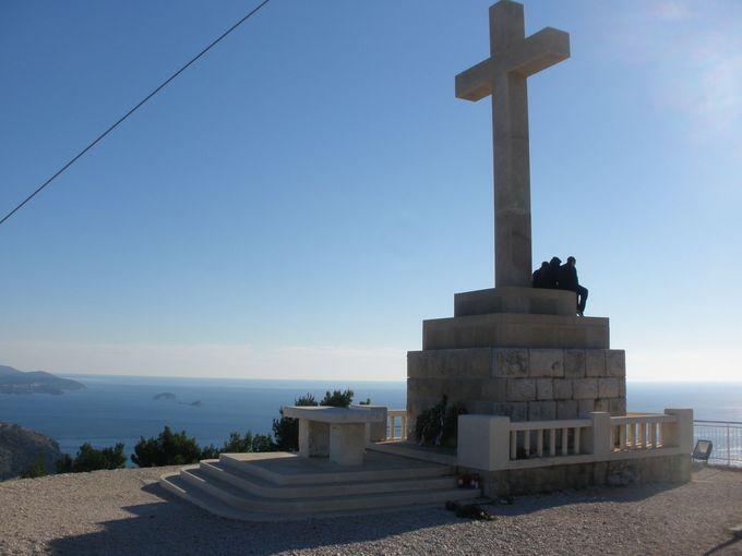 山頂の白い十字架