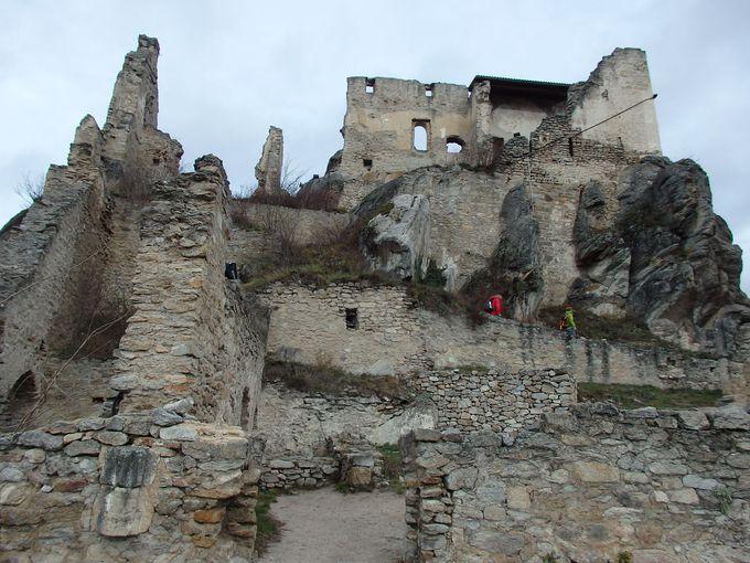 青い鐘楼と伝説の古城が目印の「デュルンシュタイン」
