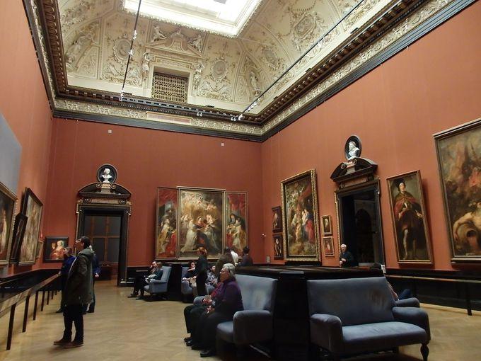 名だたる画家たちの傑作が並ぶ優雅な展示室