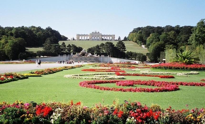 広大な庭園の中央にはネプチューンの泉