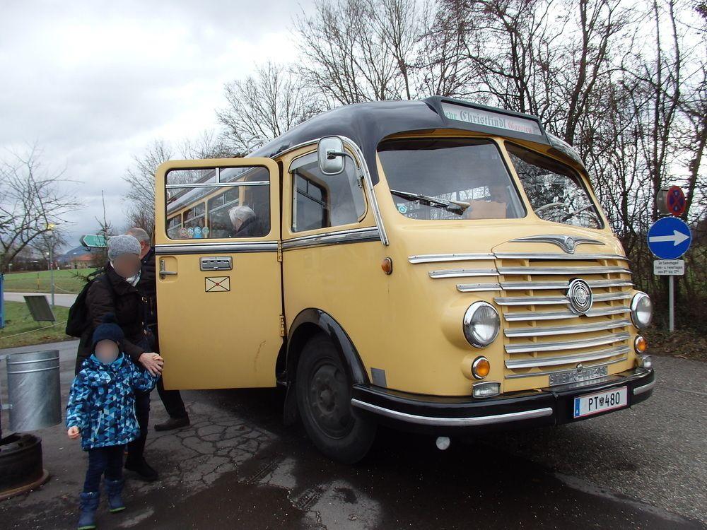 レトロなミニバスでクリストキンドル村へ