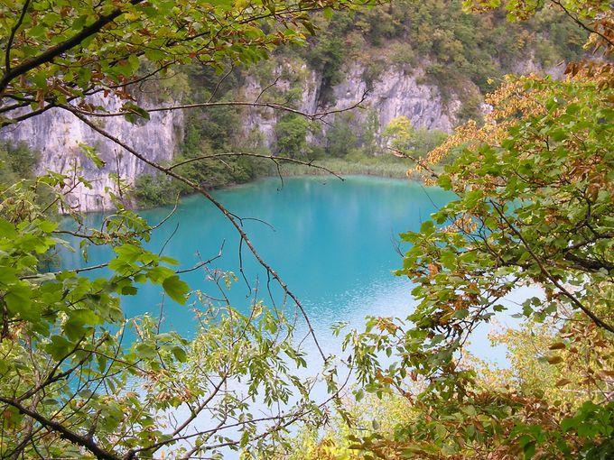 様々な色合いの湖