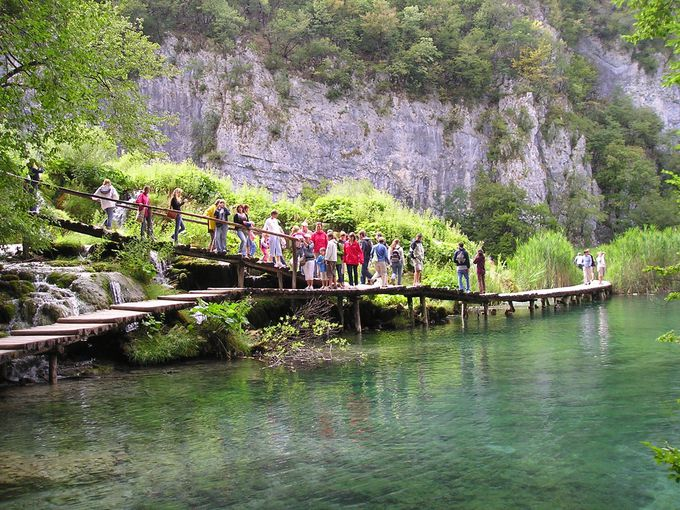 湖や滝や洞窟をつなぐ散策路