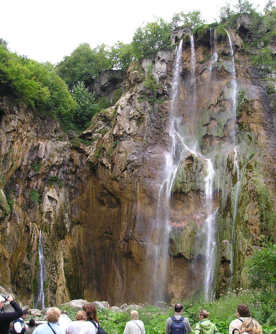大小の滝でマイナスイオンを!
