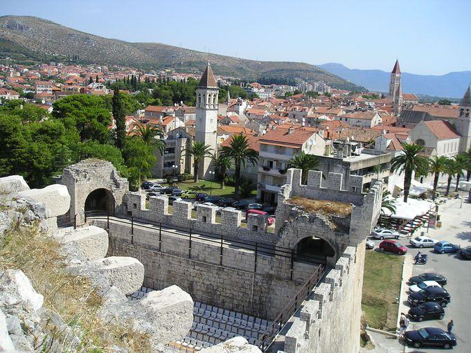 歴史ある旧市街のトロギール
