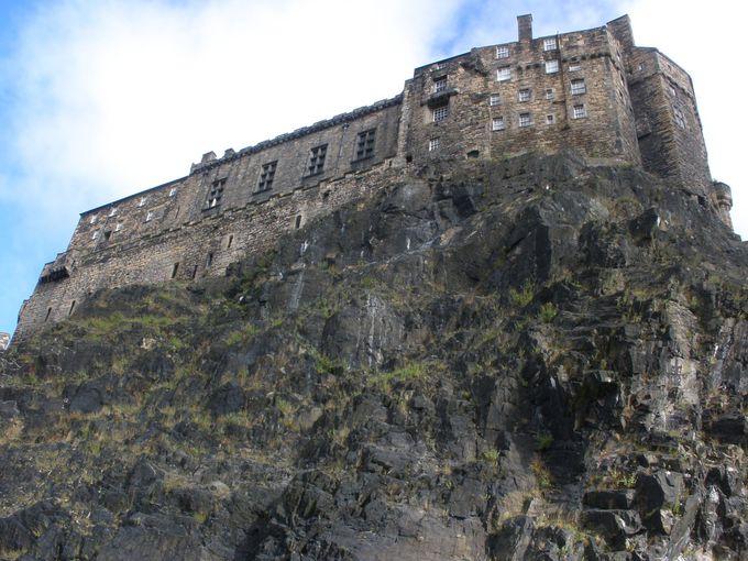 岩山の上に聳える天然の要塞「エディンバラ城」