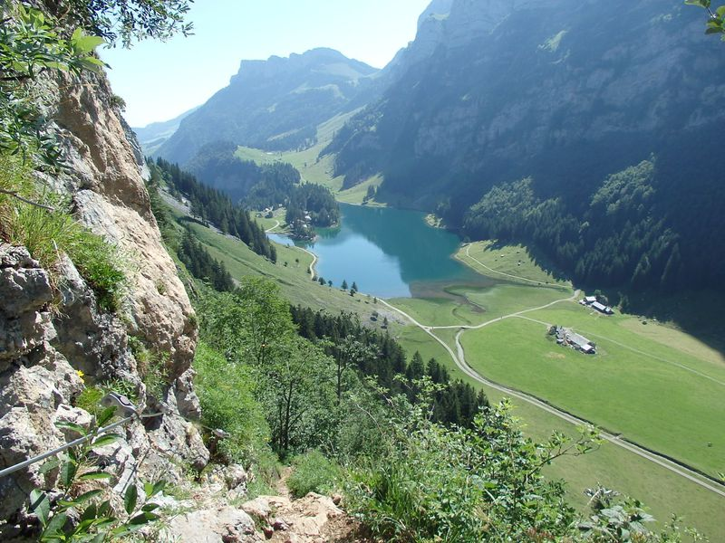 スイス・アッペンツェル奥に潜む秘境ゼーアルプ湖へ絶景ハイキング