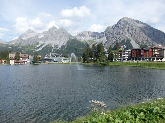駅前に美しい風景の湖があるアローザ