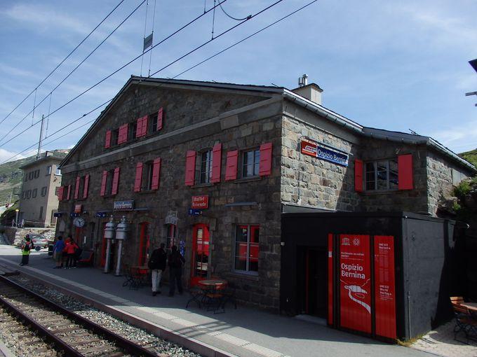 ハイキングの始まりはオスピッツォ・ベルニナ駅