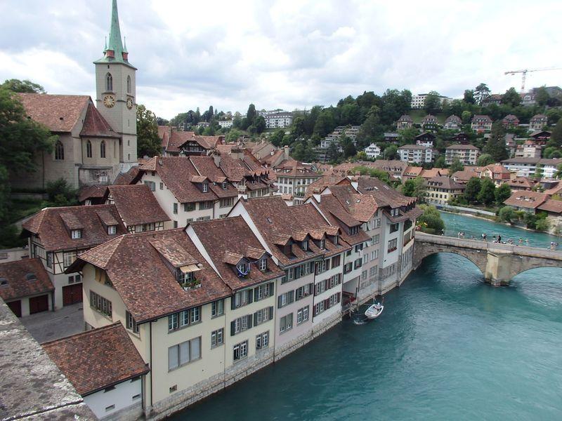 中世の面影残るスイスの首都「ベルン」アーレ川と世界遺産の街並み