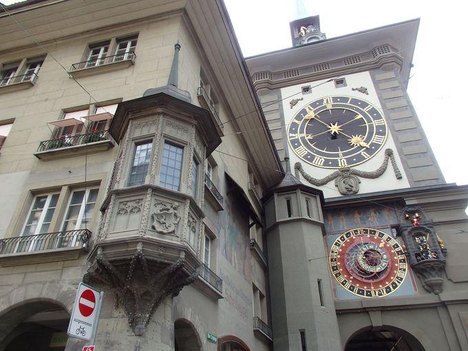 毎時4分前から動く仕掛け時計のある時計塔